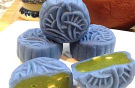 Nổi bật với sắc xanh của bánh trung thu hoa đậu biếc nhìn là mê